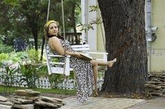 Schöne Frau am Schwingen Stockfotografie