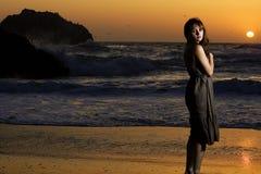 Schöne Frau am Sonnenuntergang Lizenzfreie Stockbilder