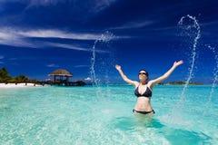 Schöne Frau springt vom Seegroßen Spritzen heraus lizenzfreie stockfotos