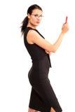 Schöne Frau stellt sich mit rotem Stift auf dem weißen Hintergrund dar stockfotografie