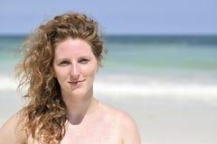 Schöne Frau am Strand Stockfotografie