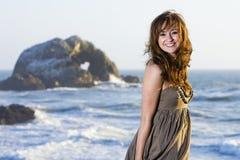 Schöne Frau am Strand Stockbilder