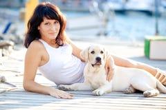 Schöne Frau umarmt ihren Hund Stockfoto