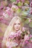 Schöne Frau und blühender Baum Lizenzfreie Stockfotografie