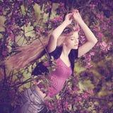 Schöne Frau und blühender Baum Junges Mädchen der Schönheit im flo Stockbilder