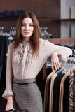 Schöne Frau und breite Wahl von Kleidung lizenzfreie stockbilder
