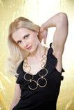 Schöne Frau und goldener Hintergrund stockfotos