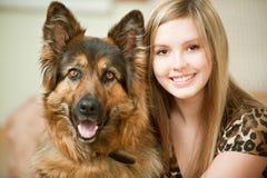 Schöne Frau und sein Schäferhund Stockfoto