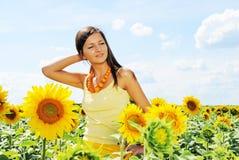 Schöne Frau und Sonnenblumen stockfotos