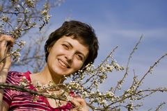 Schöne Frau unter Frühlingsblüte Stockfotos