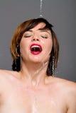 Schöne Frau unter kaltem Wasser Stockfotografie