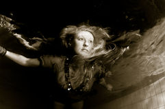 Schöne Frau Unterwasser Stockfotos