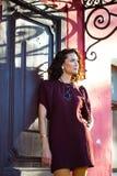 Schöne Frau von mittlerem Alter nahe der alten Tür Lizenzfreie Stockfotos