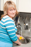 Schöne Frau wäscht Teller Stockfotos
