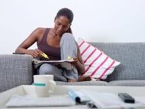 Schöne Frau, welche zu Hause die Jobjagd tut Lizenzfreies Stockfoto