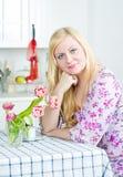 Schöne Frau zu Hause Lizenzfreies Stockfoto