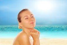 Schöne Frauen auf dem sonnigen tropischen Strand Stockbild