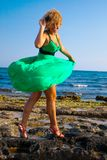 Schöne Frauen, die mit Wind spielen lizenzfreie stockfotografie