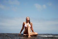 Schöne Frauen im Strand Lizenzfreie Stockfotografie