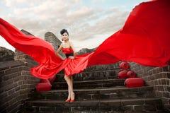 Schöne Frauen mit rotem Tuch Stockfotos