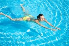 Schöne Frauen-Schwimmen im Pool Stockbilder
