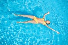 Schöne Frauen-Schwimmen im Pool Lizenzfreie Stockfotos