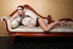 Schöne Frauen-tragender Hautecouture-Schmuck Stockfotos