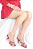 Schöne Frauenfahrwerkbeine und -füße Kleid kurz tragend stockfoto