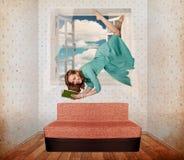 Schöne Frauenfliege im Raum Lizenzfreies Stockbild
