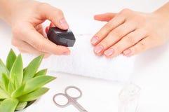 Schöne Frauenhände Badekurort und Maniküre Weiche Haut, das Konzept der Nagelpflege Stockfotos