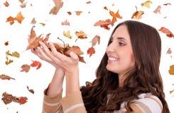 Schöne Frauenholding-Herbstblätter Stockfotos