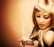 Schöne Frauenholding-Kaffeebohne Lizenzfreies Stockbild