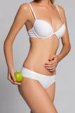 Schöne Frauenkarosserie und grüner Apfel Begriffsbild des Nährens des gesunden Lebensstils Stockfotos