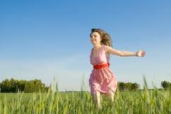 Schöne Frauenlack-läufer auf einer Lichtung Stockfoto