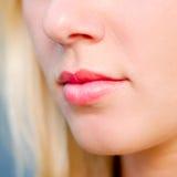Schöne Frauenlippennahaufnahme Stockbild