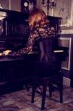 Schöne Fraurückseite im schwarzen Korsett Sinnlicher Zauber Retro- lizenzfreies stockfoto