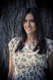 Schöne Fraustellung und -lächeln Lizenzfreie Stockfotografie