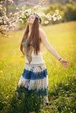 Schöne freie Frau auf einem Gebiet stockfotografie