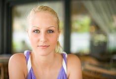 Schöne freundliche blonde Frau. Lizenzfreie Stockfotos