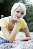 Schöne freundliche junge blonde Frau Lizenzfreie Stockbilder