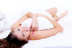 Schöne frische Frau mit Kissen nach Weck- Stockbilder