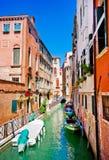 Schöne Gasse in Venedig. Lizenzfreie Stockfotos