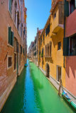 Schöne Gasse in Venedig. Lizenzfreie Stockfotografie