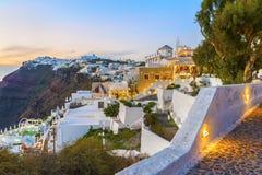 Schöne Gassen der berühmten Fira-Stadt nach Zeit des Sonnenuntergangs in der Dämmerung Oia auf Santorini Insel Stockfotografie