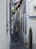 Schöne Gassenstraße auf See lizenzfreie stockbilder