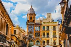 Schöne Gebäude mit gemeißelten Fassaden in Sevilla, Spanien lizenzfreie stockfotografie