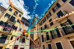 Schöne Gebäude von Palma de Mallorca und von bunten Streifen zwischen ihnen lizenzfreie stockfotos