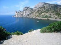 Schöne Gebirgsinsel im blauen Meer stockbilder