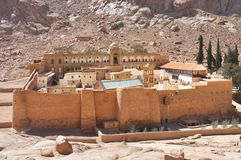 Schöne Gebirgsklosterlandschaft im Oasenwüstental Heilig-Catherine-` s Kloster in der Sinai-Halbinsel, Ägypten stockbild