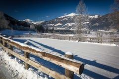 Schöne Gebirgsstraße bedeckt durch Schnee in den österreichischen Alpen am sunn Stockfotos